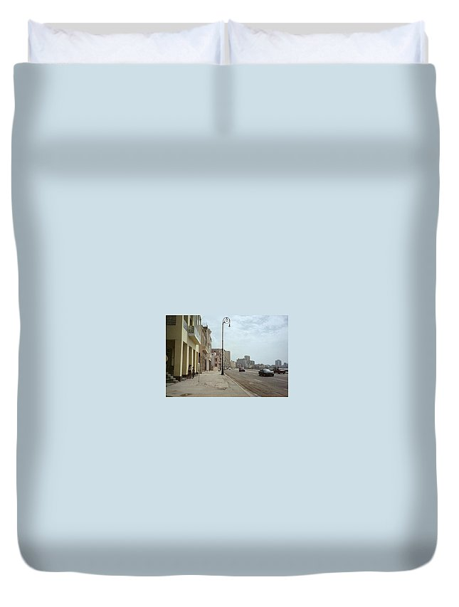 Quin Sweetman Duvet Cover featuring the photograph Malecon En Havana by Quin Sweetman
