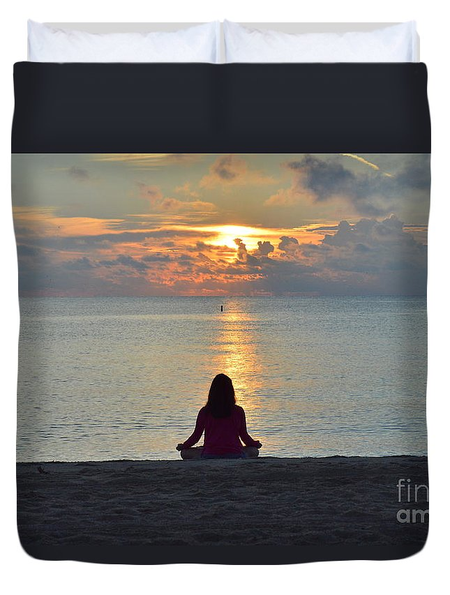 Naturaleza Duvet Cover featuring the photograph Meditando Al Amanecer II by Lenin Caraballo