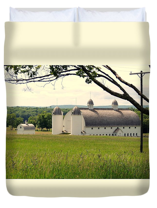 Rounded Roof Barn Duvet Cover featuring the photograph Michigan Barn 1 by Adlai Neubauer