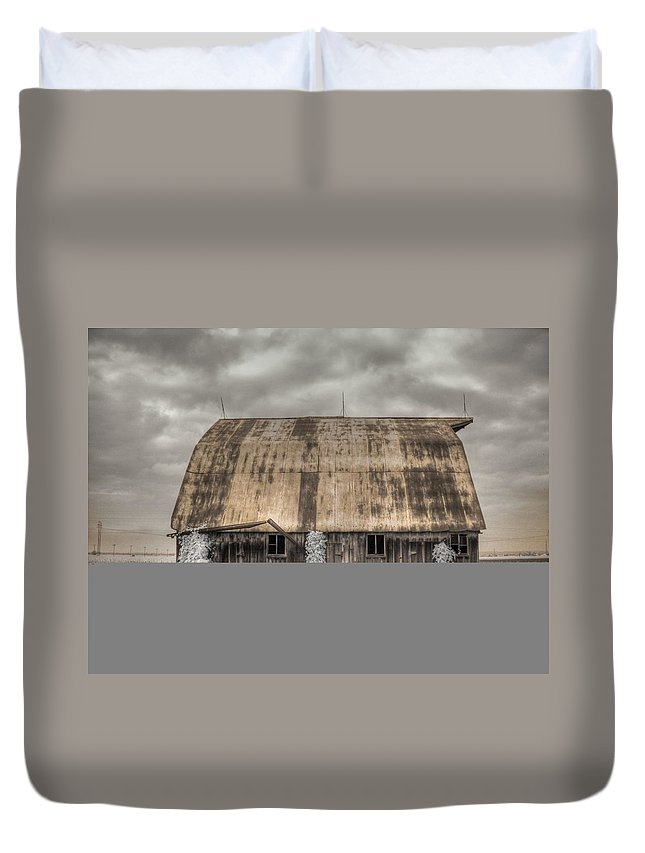 Barn Duvet Cover featuring the photograph Midwestern Barn by Jane Linders