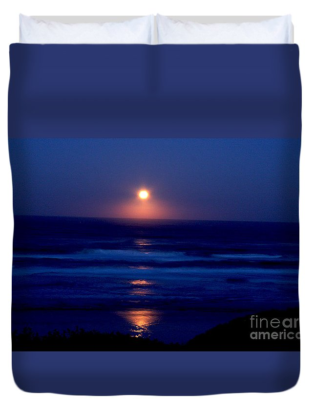 Moon Duvet Cover featuring the photograph Moon Set by Gary Wing
