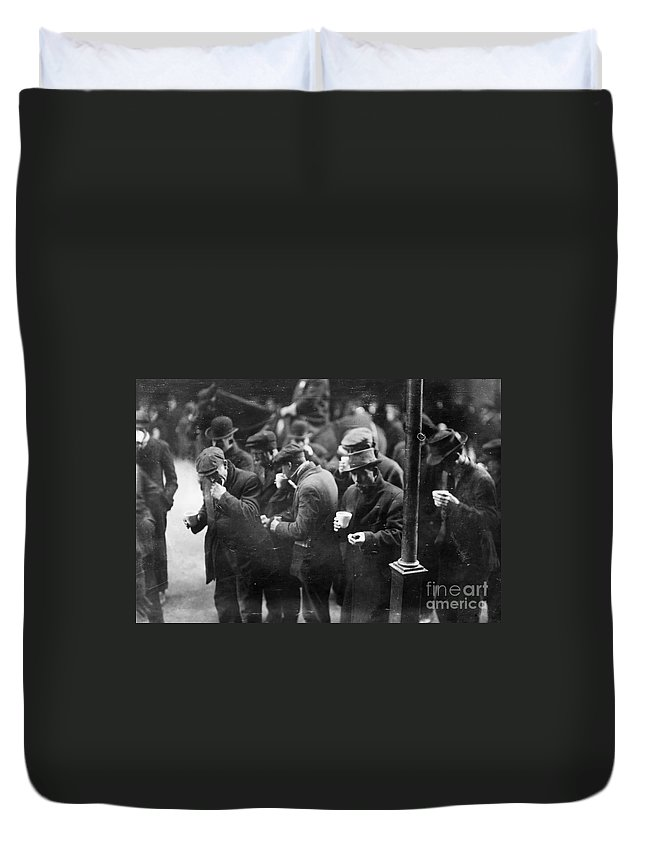 1915 Duvet Cover featuring the photograph New York: Bread Line, 1915 by Granger