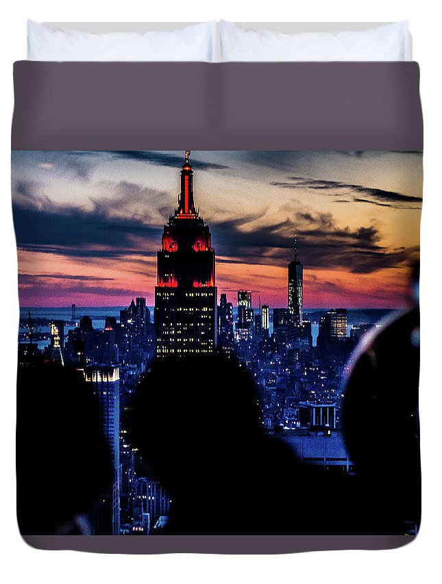 Couple In Love Duvet Cover featuring the photograph New York Romance by Jordan Hogenson