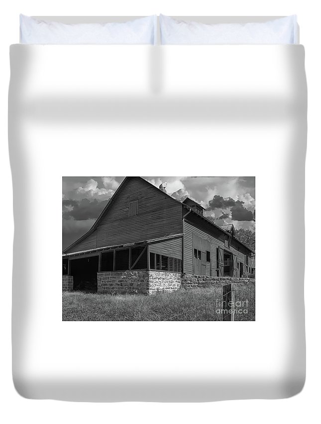 Barn Duvet Cover featuring the photograph North Carolina Farm by Dale Powell