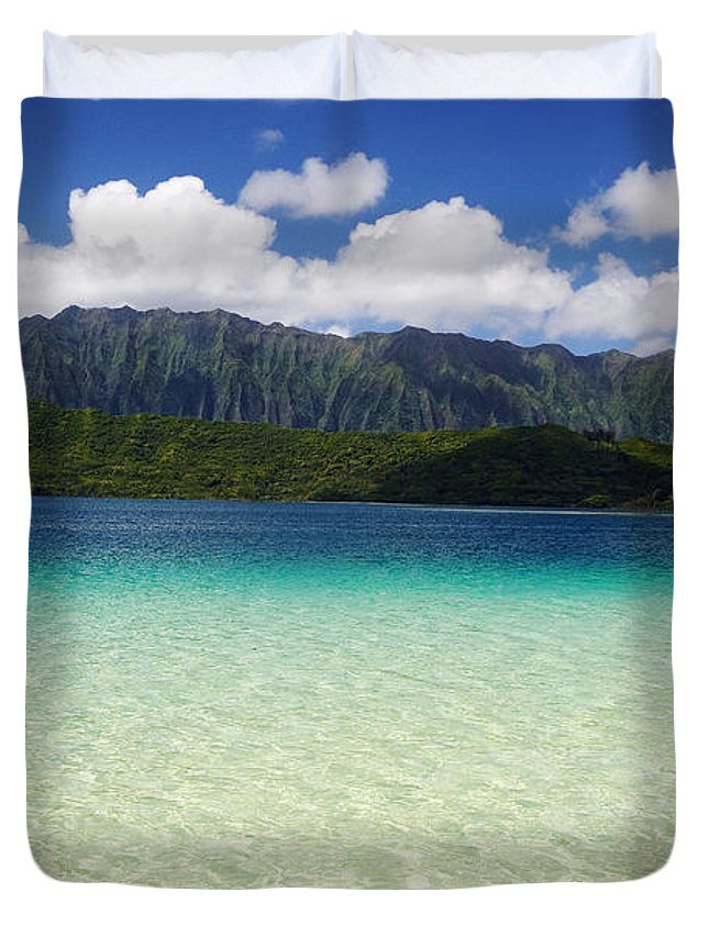 Bar Duvet Cover featuring the photograph Oahu, Kaneohe Bay by Tomas del Amo - Printscapes
