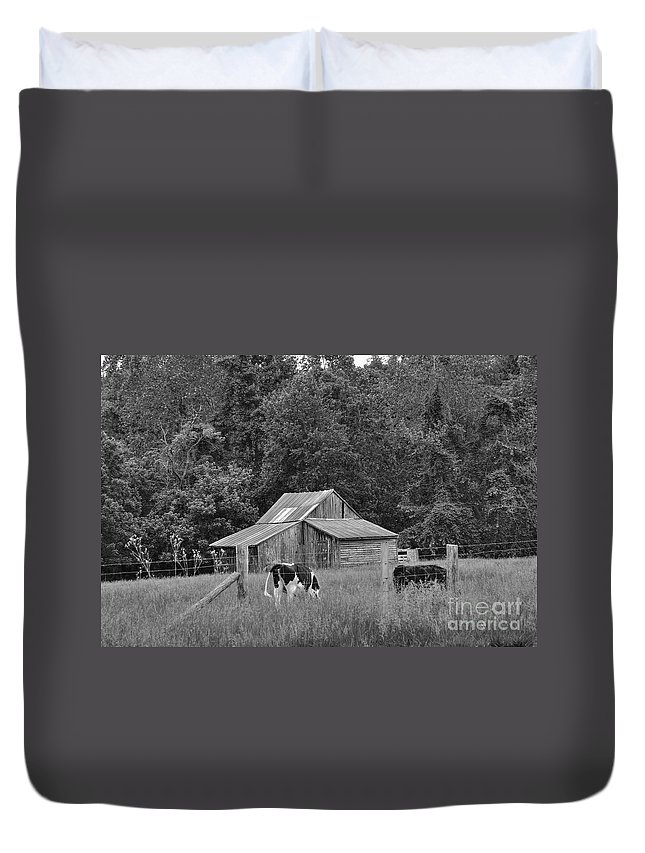 Barn Duvet Cover featuring the photograph Old Barn by Todd Hostetter