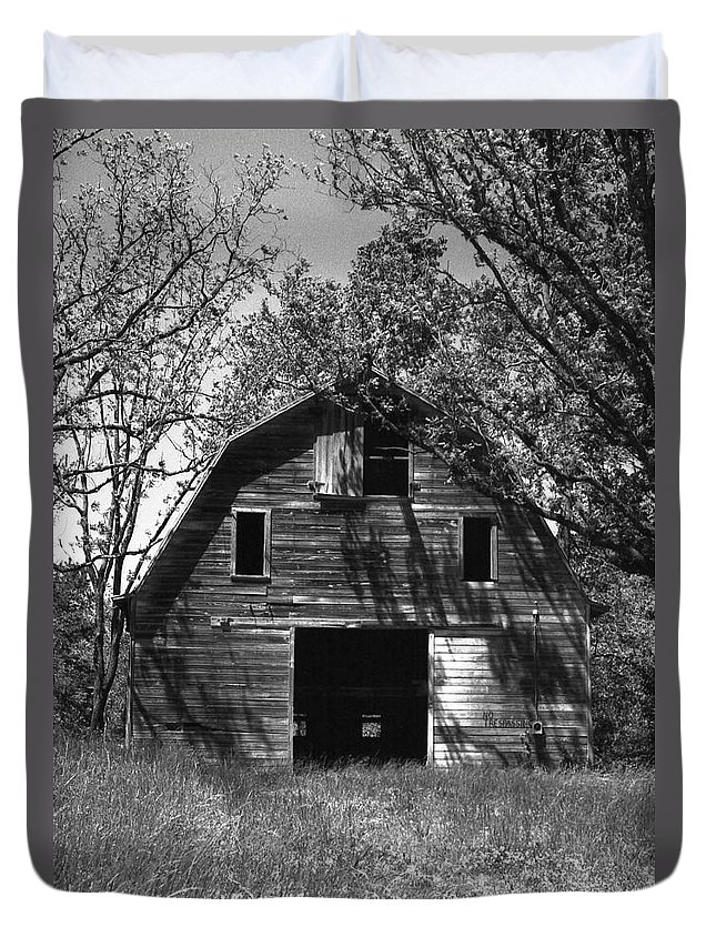 Barrns Duvet Cover featuring the photograph Old Cedar Barn by Richard Rizzo