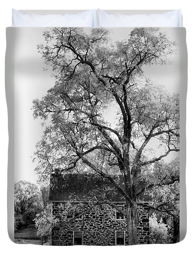 Homes Duvet Cover featuring the photograph Old Stone House by Richard Rizzo