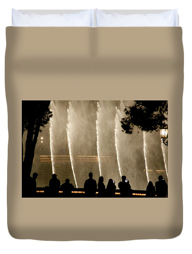 Bellagio Hotel Duvet Cover featuring the photograph People Watching Fountain At Bellagio by Marilyn Hunt