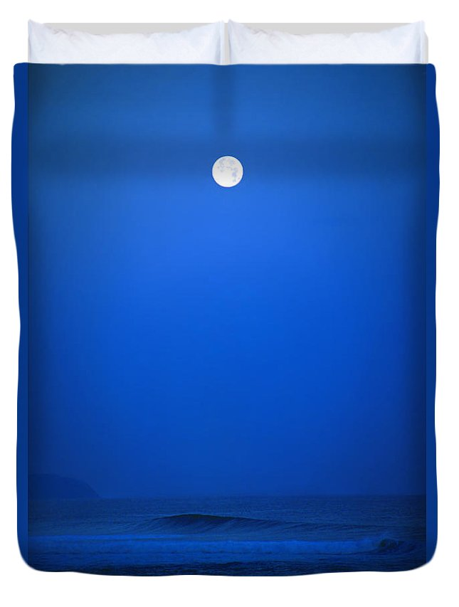 Polihale Beach Duvet Cover featuring the photograph Polihale Moon by Kevin Smith