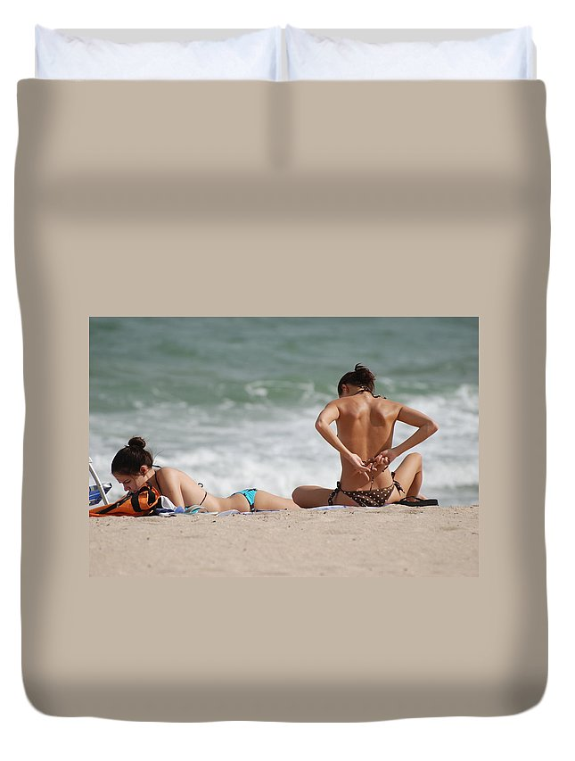 Sea Scape Duvet Cover featuring the photograph Reading And Bow Tie by Rob Hans