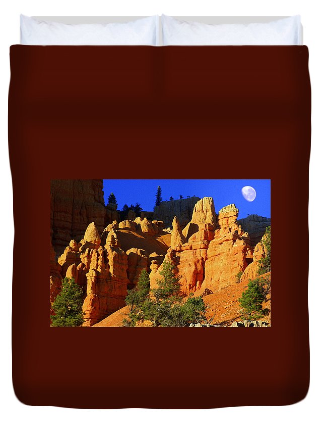 Red Rock Canyon Duvet Cover featuring the photograph Red Rock Canoyon Moonrise by Marty Koch