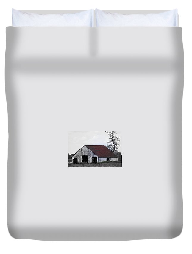 Barn Duvet Cover featuring the photograph Red Roof Barn by Ed Smith
