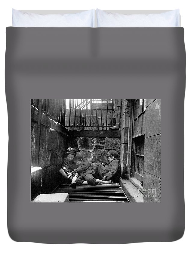 1901 Duvet Cover featuring the photograph Riis: New York, 1901 by Granger