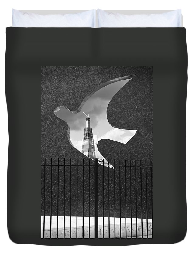 B&w Duvet Cover featuring the photograph Shard From Wapping Memorial by Gary Eason