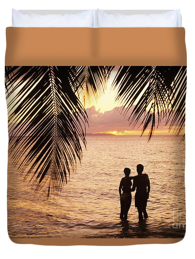 Bay Islands Duvet Cover featuring the photograph Silhouetted Couple by Larry Dale Gordon - Printscapes
