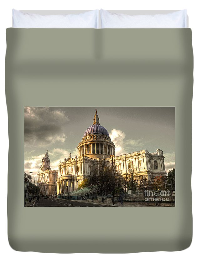 St Pauls Cathedral Duvet Cover featuring the photograph St Paul's Cathedral by Rob Hawkins