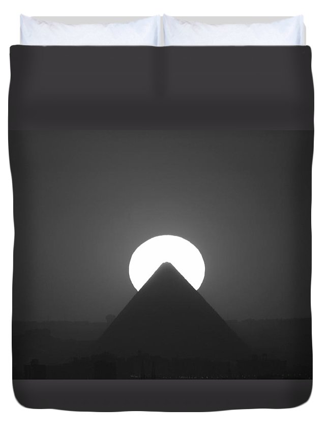 Pyramid Duvet Cover featuring the photograph Sunset Over Cheops by Donna Corless
