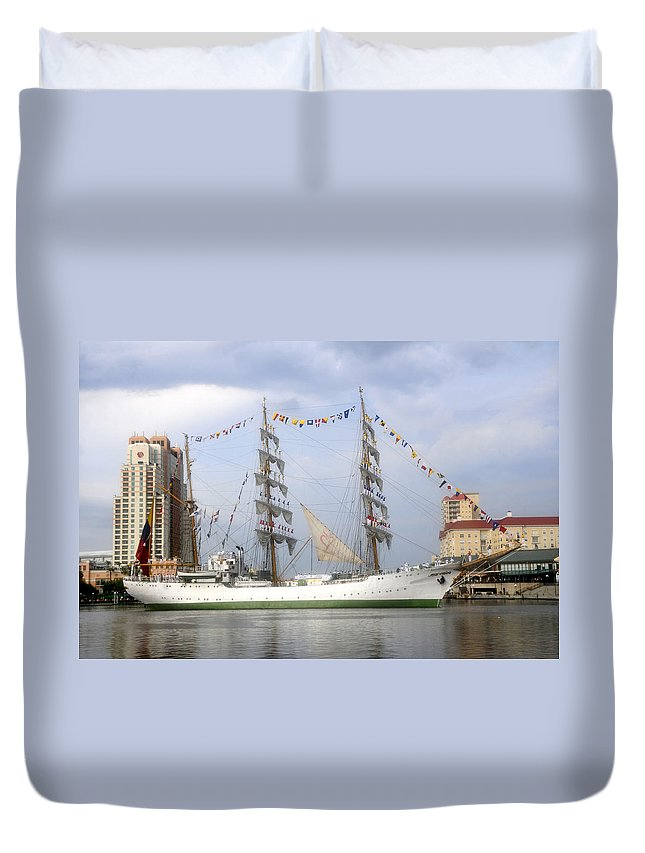 Tampa Bay Florida Duvet Cover featuring the photograph Tall Ship In Tampa Bay by David Lee Thompson