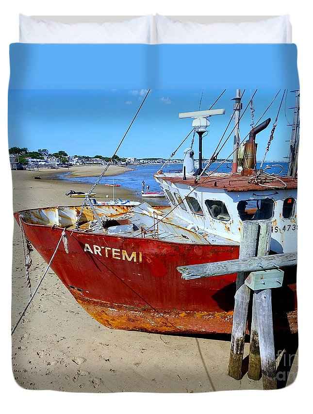 Ship Duvet Cover featuring the photograph The Artemis Aground by Ed Weidman