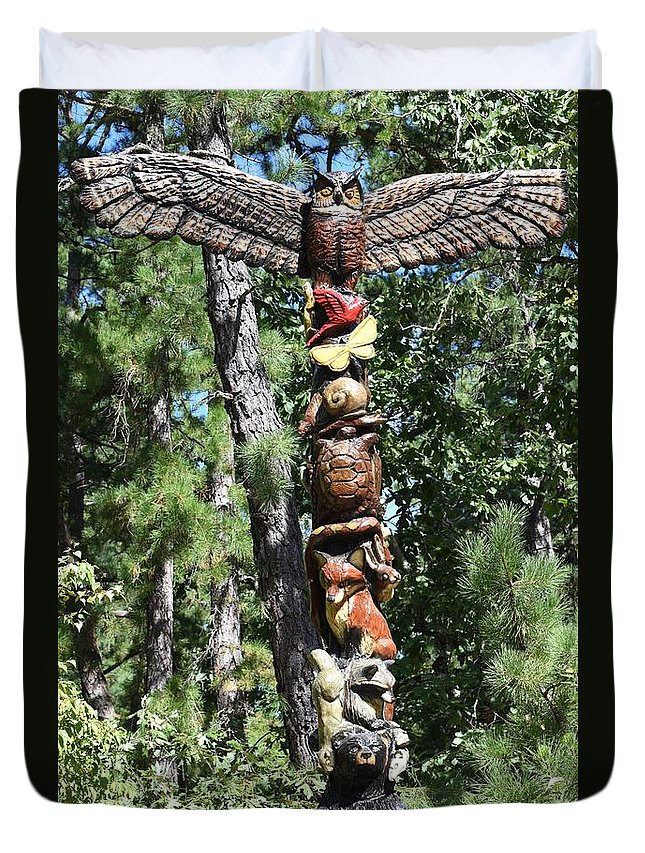 Totem Pole Duvet Cover featuring the photograph Totempole 390 by Joyce StJames