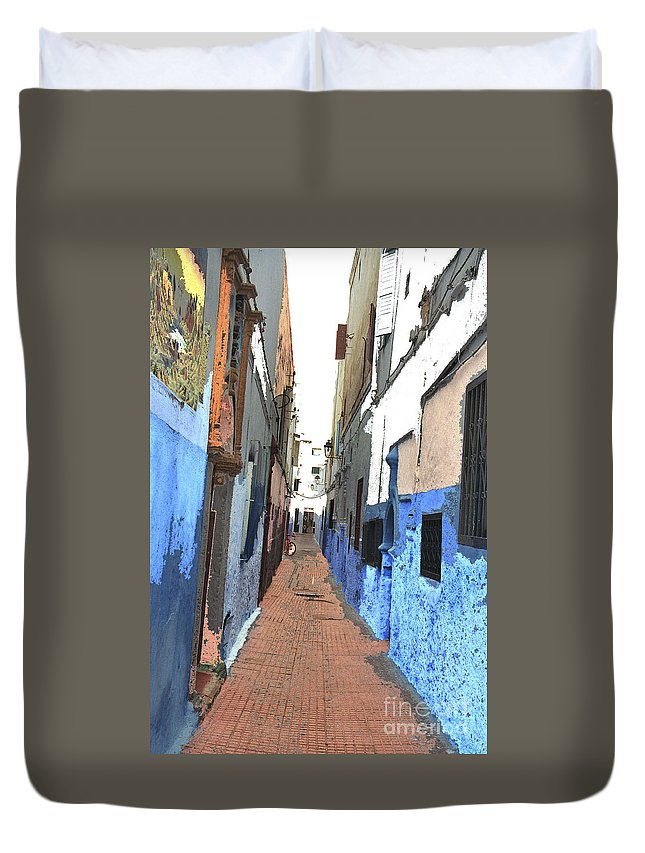 Urban Duvet Cover featuring the photograph Urban Scene by Hana Shalom