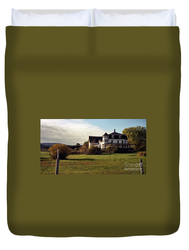 Vermont Duvet Cover featuring the photograph Vermont Farmhouse by Richard Rizzo