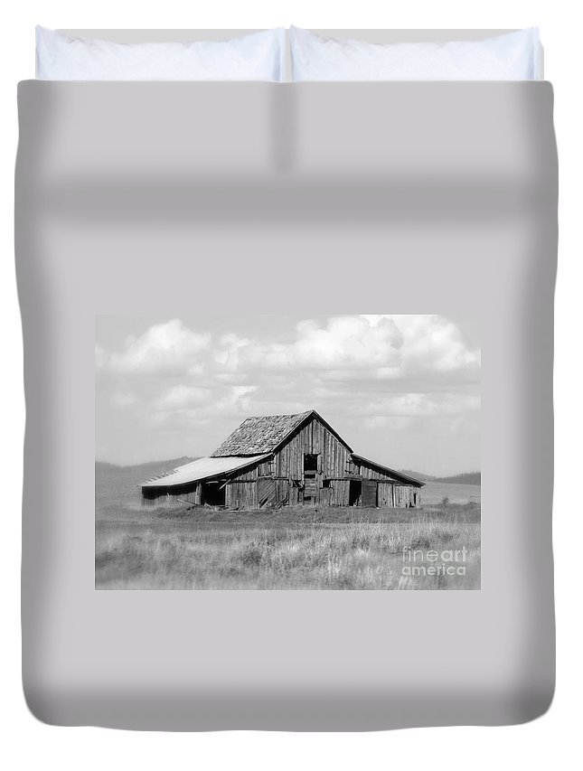 Barn Duvet Cover featuring the photograph Warm Memories - Black And White by Carol Groenen