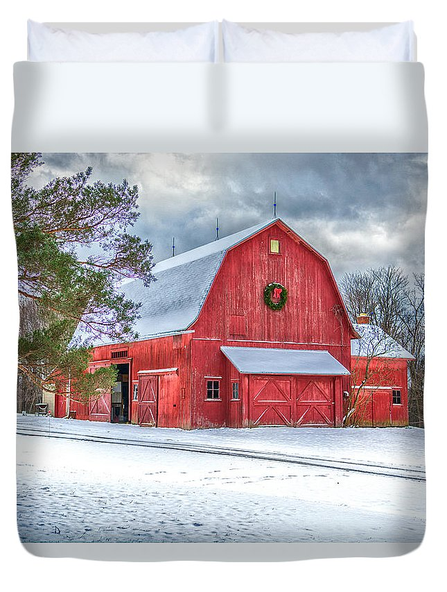 Barn Duvet Cover featuring the photograph Wreath On A Barn by Guy Whiteley
