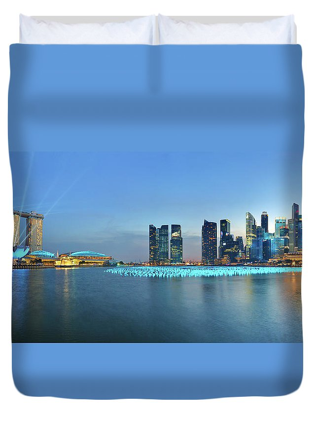 Tranquility Duvet Cover featuring the photograph Singapore Marina Bay by Fiftymm99