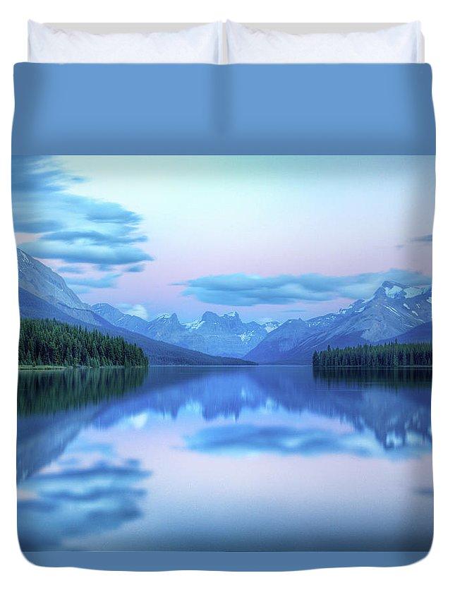 Moraine Lake Duvet Cover featuring the photograph Dusk On Maligne Lake by Bike maverick