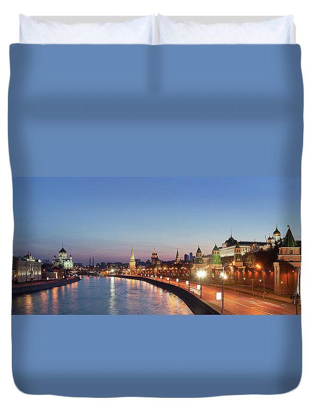 Panoramic Duvet Cover featuring the photograph Moscow River At Dusk by Siegfried Layda