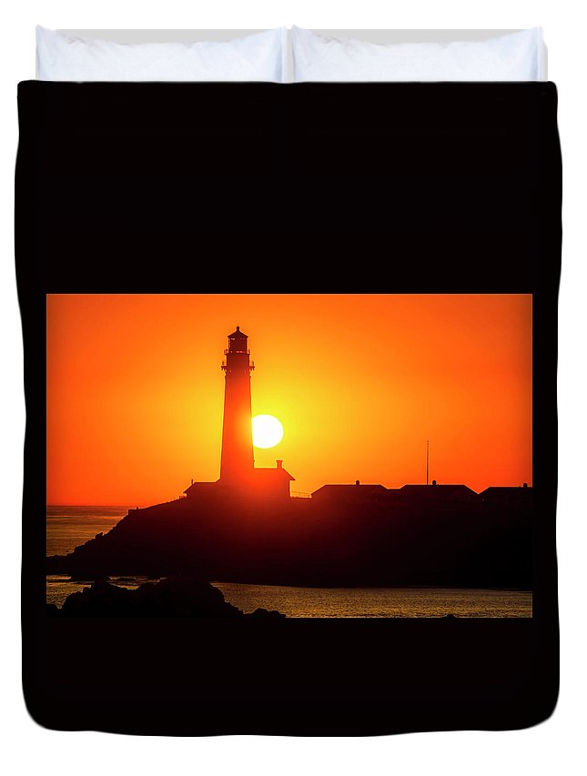 Pigeon Point Lighthouse Duvet Cover featuring the photograph Pigeon Point Setting Sun by Garry Gay