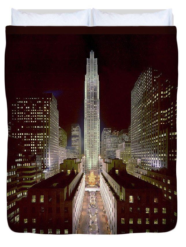 1980-1989 Duvet Cover featuring the photograph Rockefeller Center, Manhatten, At by Thorney Lieberman
