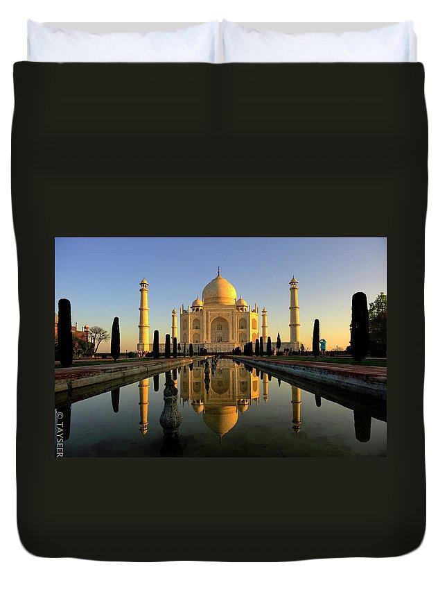Clear Sky Duvet Cover featuring the photograph Taj Mahal by Tayseer Al-hamad