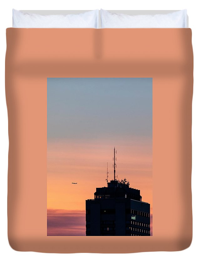 Highrise Duvet Cover featuring the photograph Takeoff by Nunzio Mannino