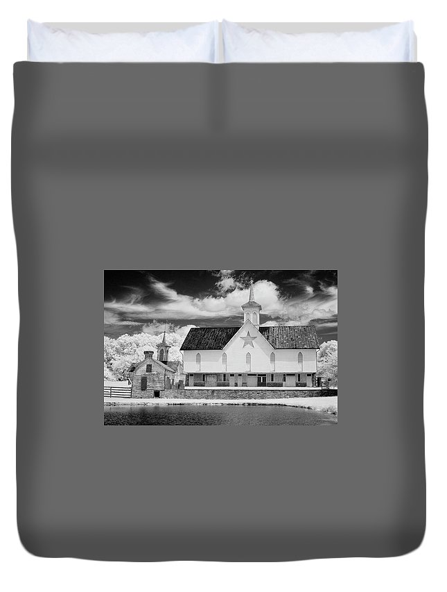 Dir-ea-0104 Duvet Cover featuring the photograph The Star Barn In Infrared by Paul W Faust - Impressions of Light