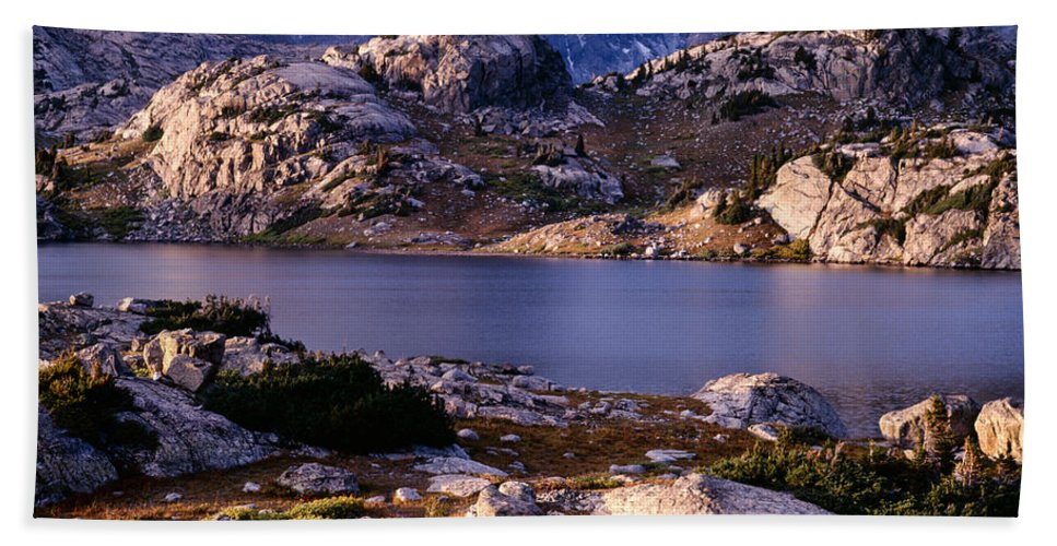 Continental Divide Hand Towel featuring the photograph Island Lake And Wind River Range by Tracy Knauer
