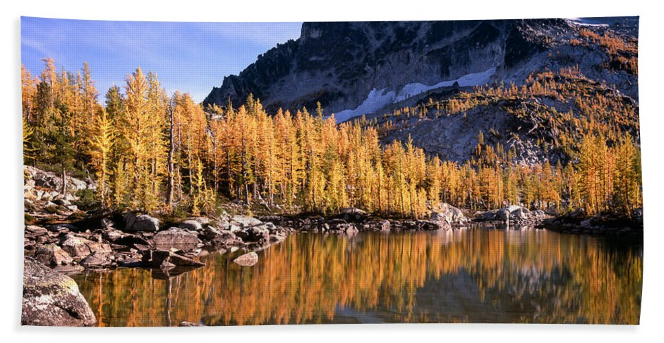 Alpine Lakes Wilderness Hand Towel featuring the photograph Larches Line Leprechaun Lake by Tracy Knauer