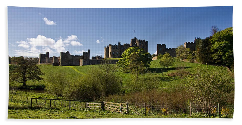 Alnwick Bath Sheet featuring the photograph Alnwick Castle by David Pringle