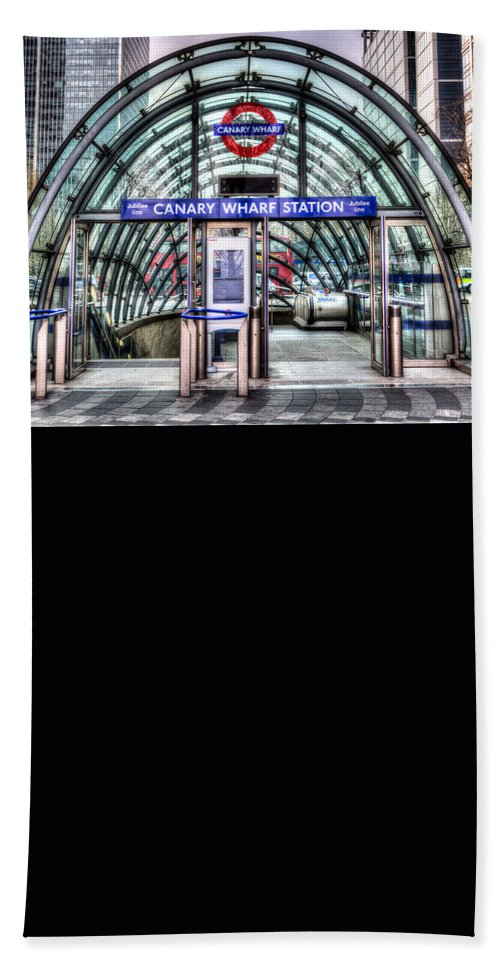 Taxi Taxis Hand Towel featuring the photograph Canary Wharf by David Pyatt