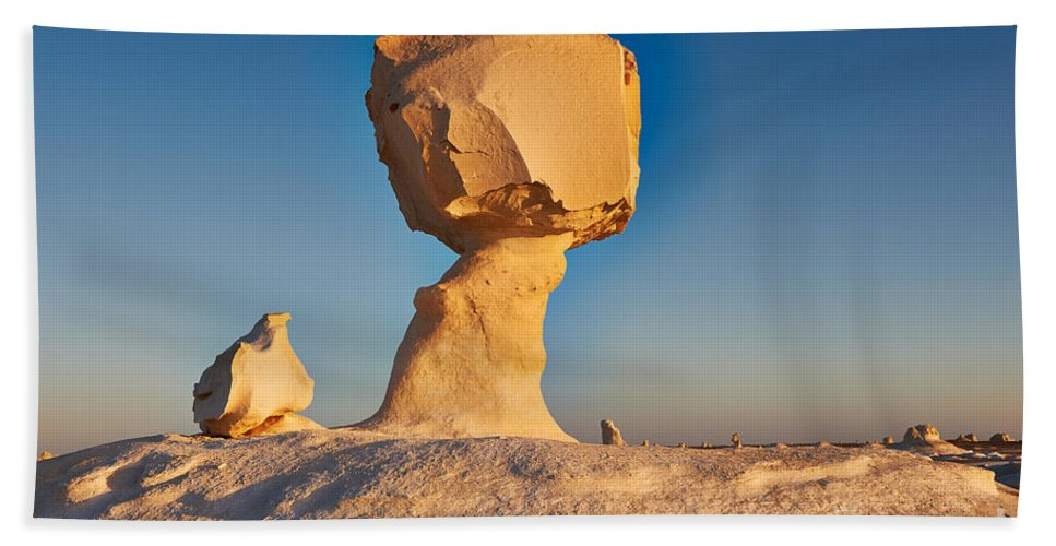 Fotografie Bath Sheet featuring the photograph Cock And Mushroom Formation In White Desert by Juergen Ritterbach