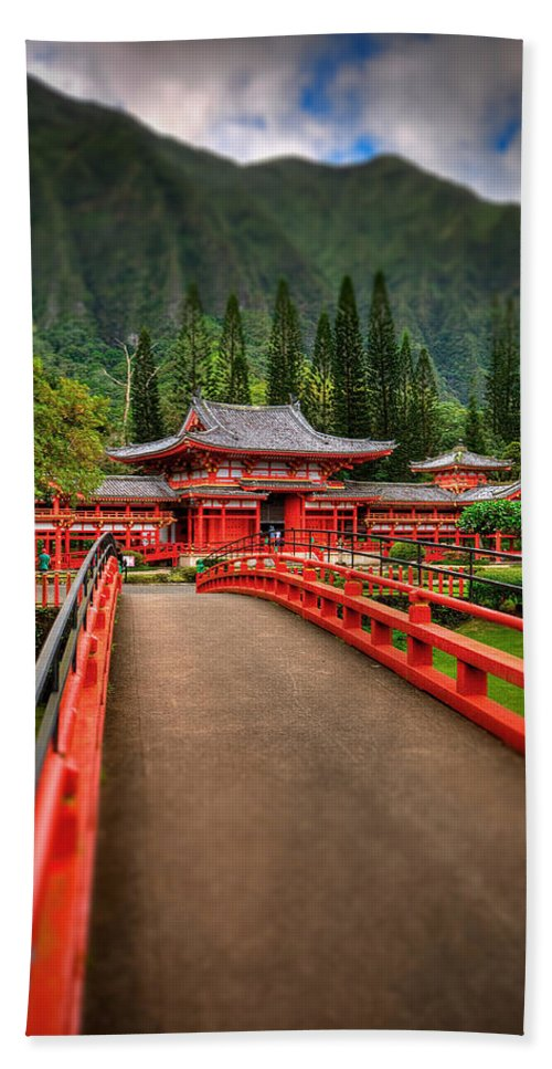 Byodo Temple Hand Towel featuring the photograph Japanese Temple by Les Lorek