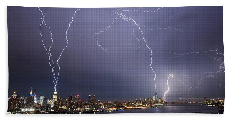 Storm Bath Towel featuring the photograph Lightening Over Manhattan by Zina Zinchik