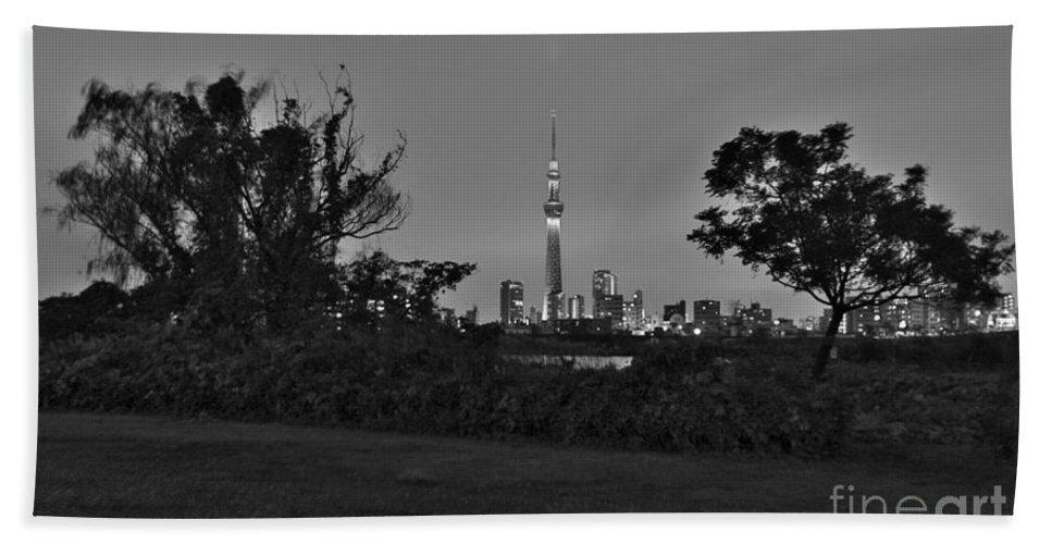 Miyabi Hand Towel featuring the photograph Tokyo Skytree F by Jay Mann