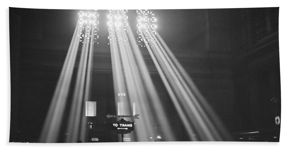 1943 Hand Towel featuring the photograph Union Station In Chicago by Jack Delano