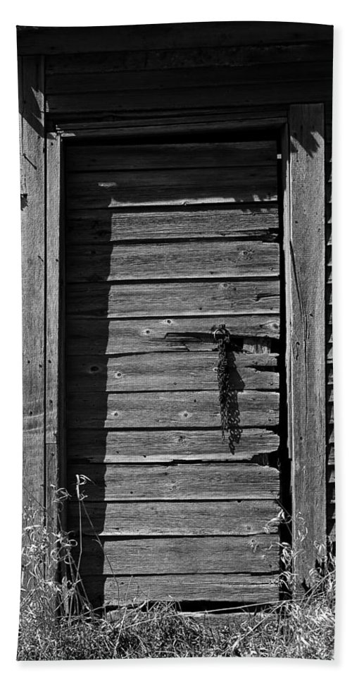 Black And White Hand Towel featuring the photograph Weathered Door With Hanging Chain by Donald Erickson