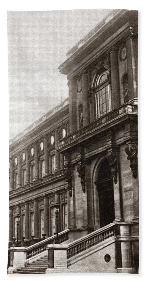 1919 Bath Sheet featuring the photograph World War I Quai D'orsay by Granger