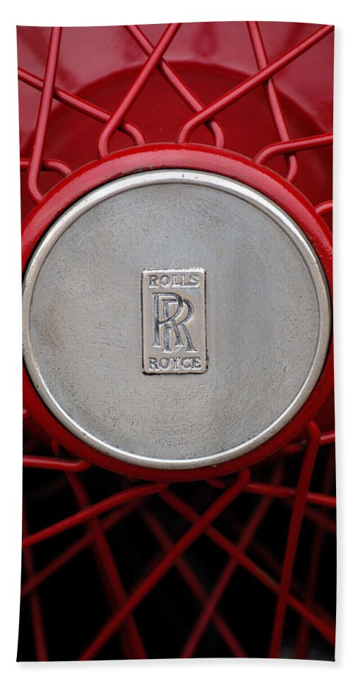 1928 Rolls-royce Phantom I Sedenca De Ville Wheel Emblem Bath Sheet featuring the photograph 1928 Rolls-royce Phantom I Sedenca De Ville Wheel Emblem by Jill Reger