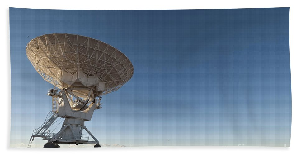 North America Observatory Bath Sheet featuring the photograph Antenna At Very Large Array by John Shaw